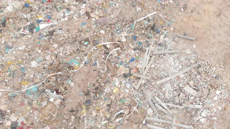 aquecimento global : Drone shot of birds flying over rubbish scattered, piled on a landfill full of trash. Global environmental issue of waste disposal. Stock Footage