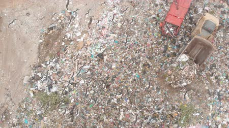 preoccupazione : Drone shot of birds flying over vehicles working, clearing and delivering rubbish piled on a landfill full of trash. Global environmental issue of waste disposal. Filmati Stock