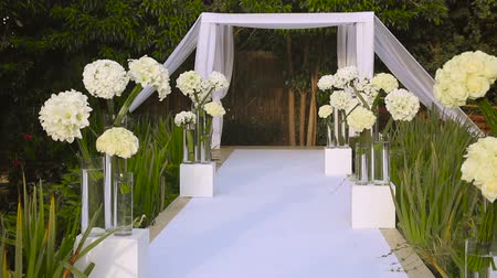 pacto : Jewish traditions wedding ceremony. Wedding canopy chuppah or huppah. A Jewish wedding takes place under a huppah, which symbolizes the new Jewish home being created by the marriage. Stock Footage