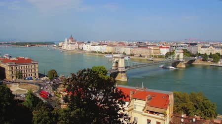 маргарита : Budapest cityscape - View at the Hungarian Parliament, Margaret Island and Szechenyi Chain Bridge. Budapest, Hungary. Vehicles and people in the streets and boats sailing the Danube River
