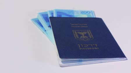 pas : Rotating israeli money bills of 200 shekel and israeli passport Dostupné videozáznamy