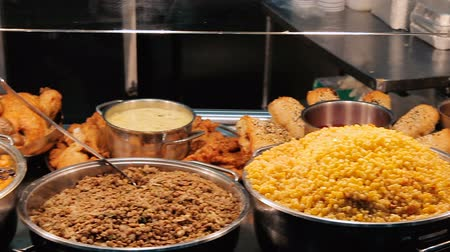 schabowy : Buffet with cooked food at restaurant Wideo