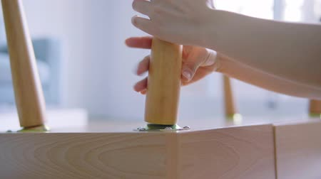 čepy : Asian Woman Assembling New Diy Furniture At Home Dostupné videozáznamy