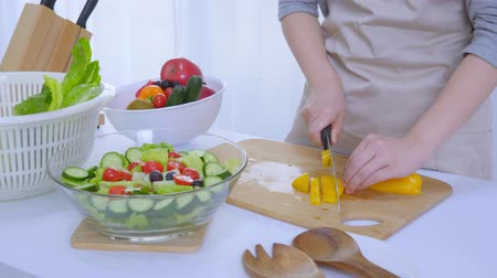 zástěra : Making A Healthy Salad For Lunch
