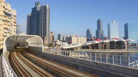 développe : Kaohsiung, Taiwan - January 20 2019: View Of Light Rail Tram And The Skyline Vidéos Libres De Droits