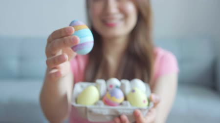 cesta : Happy Easter. Female Hands Painting Easter Colored Eggs.