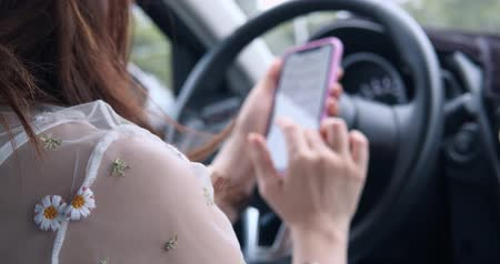 forgalom : Woman Use Phone In Car Stock mozgókép