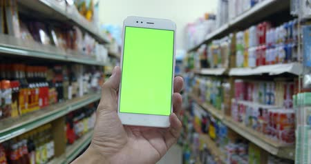 lista de chequeo : Man Using Smartphone With Green Screen On The Store