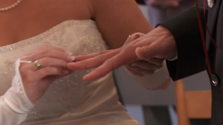 halkalar : putting ring on finger, wedding Stok Video
