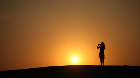 отскок : Woman In Front Of Sunset
