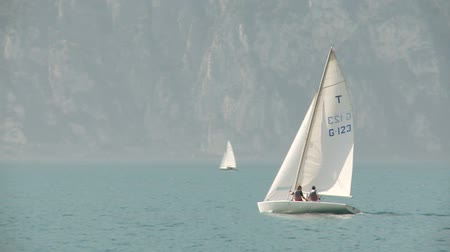 żaglówka : video footage of a sailboat on the lake garda in italy Wideo