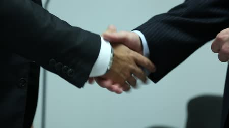 сотрясение : video footage of business men shaking hands after signing of an agreement Стоковые видеозаписи
