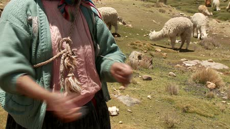 нагорье : Countrywoman spinning wool in the Andes of Peru
