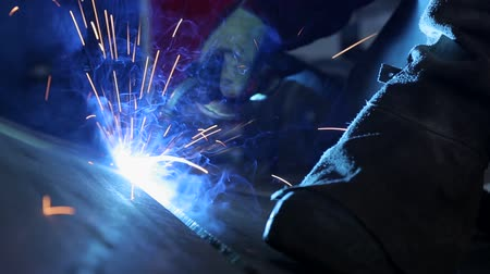 spawanie : Electric welding operator working. Video footage.