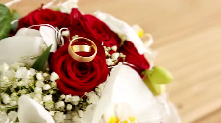 годовщина : wedding rings video footage with a bridal bouquet