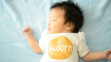 csodálkozás : Asian cute New born baby with newborn cloth close up