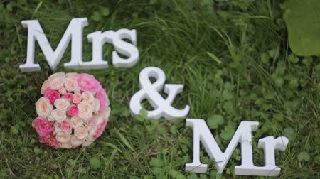 senhor : Mr. and Mrs. inscription with wedding bouquet