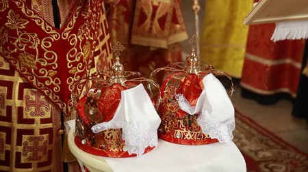coroa : Two beautiful wedding crowns in church Ukraine Vídeos