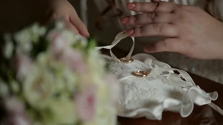 предъявитель : close-up of the brides hand which binds the wedding rings to a beautiful pad Стоковые видеозаписи