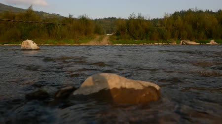 zaoblený : The mountain river in the Carpathians, the water flows along the rocks close-up