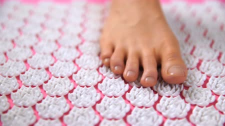 akupresura : Womens foot on acupuncture massage mat. Close Up, dolly shot Wideo