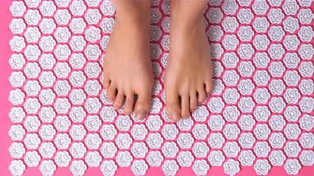 akupresura : Female feet gently tread on acupuncture massage mat. Close up. Wideo