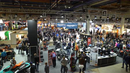 gösterileri : HELSINKI, FINLAND - FEB 03, 2017: Motorcycles, mopeds, scooters, riding gear, spare parts and many people at the largest motorcycle show in the Nordic countriesries MP17.