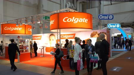 экспозиция : HELSINKI, FINLAND - NOVEMBER 25, 2016: Many visitors around the stands Colgate and Oral B dental exhibition. The latest digital technology in the dentistry. The Finnish Dental Congress and Exhibition in Messukeskus Expo Center.