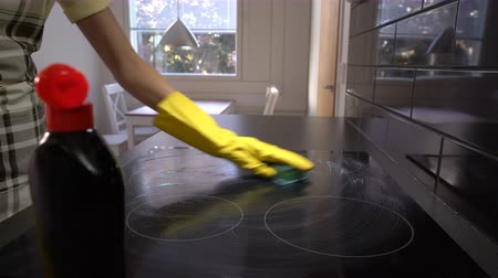 dezenfektan : husewife cleans the surface of the plate with a special detergent. Dolly shot. Stok Video
