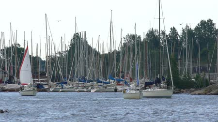 такелаж : HELSINKI, FINLAND - AUGUST 19, 2016: Many sailboats coming out of the marina in Helsinki