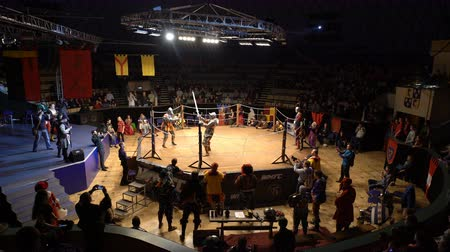 reencenação : MOSCOW, RUSSIA - APR 12, 2016: Two Medieval Knight Fighting In The Arena With Two-Handed Swords. Great Knights tournament Valor and Honor . Stock Footage