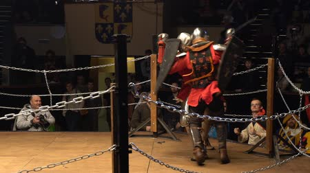 reencenação : MOSCOW, RUSSIA - APR 12, 2016: Two Medieval Knight Fighting In An Arena With Swords And Shields. Slow Motion. Great Knights tournament Valor and Honor .