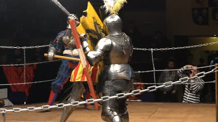 reencenação : MOSCOW, RUSSIA - APR 12, 2016: Two Medieval Knights Fighting In The Arena With Clubs And Shields. Slow Motion. Great Knights tournament Valor and Honor .