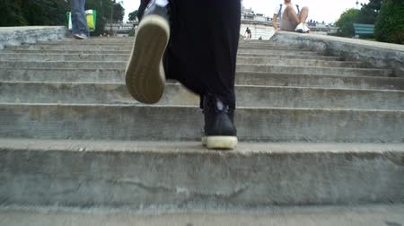 subir : Close up of female legs with sneakers walking up the stairs. Rue de Steinkerque on Montmartre hill. Paris Vídeos