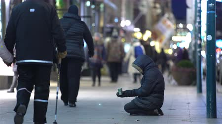göçmen : Unidentified homeless man begging on the street of European city winter