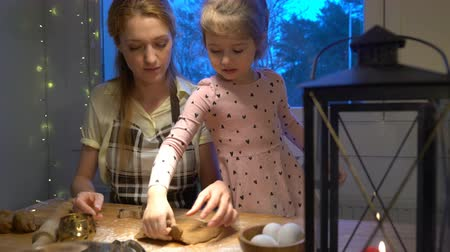 canela : Young mother and her cute little daughter prepare Christmas cookies