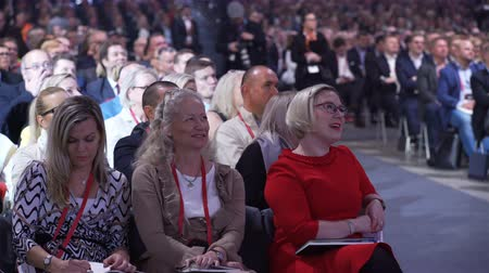 beszéd : HELSINKI, FINLAND - OCTOBER 02, 2017: Huge audience listens to the speaker. Nordic Business Forum - annual business conference in Helsinki gathers together over 6000 attendees from over 30 countries. Stock mozgókép