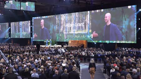 kongres : HELSINKI, FINLAND - OCTOBER 02, 2017: Huge audience listens to the speaker. Nordic Business Forum - annual business conference in Helsinki gathers together over 6000 attendees from over 30 countries. Dostupné videozáznamy