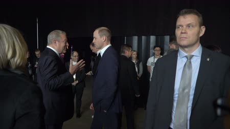 herança : HELSINKI, FINLAND - NOVEMBER 30, 2017: Prince William, Duke of Cambridge, talks with Al Gore Vice-President of the United States, Nobel Peace Prize Laureate at the tech and startup event Slush in Messukeskus Expo center.
