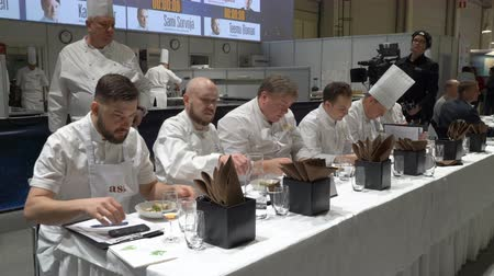 habilidade : HELSINKI, FINLAND - MARCH 18,2018: The jury trying the dessert. Contest Chef of the Year during the show Gastro Helsinki. Finlands leading trade fair for the hotel, restaurant and catering industry Vídeos