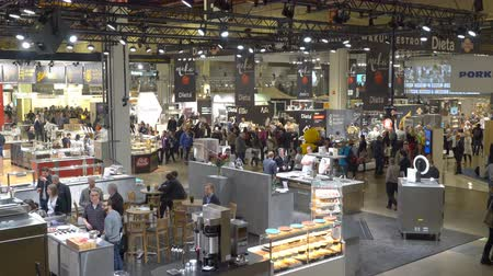ambientalmente : HELSINKI, FINLAND - MARCH 18,2018: Lots of visitors in the big hall during the Show Gastro Helsinki - big trade fair for the hotel, restaurant and catering industry