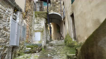 Лигурия : A narrow pedestrian street in the old town of Perinaldo, Imperia province, Liguria region, Italy