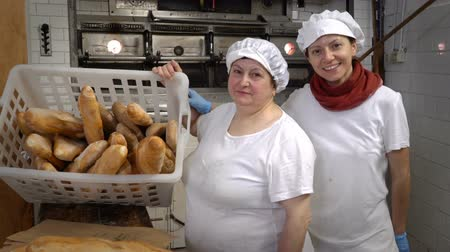 クロワッサン : Traditional Italian family bakery. Mother and daughter bakers in their own bakery. Real people.