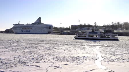 baltské moře : HELSINKI, FINLAND - FEB 24, 2018: Winter navigation in Finland. A small ferry provides transport links between Helsinki and Suomenlinna island