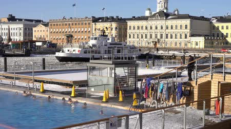 baltské moře : HELSINKI, FINLAND - FEBRUARY 24, 2018: People swim in open air sea pool in the center of Helsinki in winter. Allas Sea Pool is a sauna and a saltwater pool open all year round.