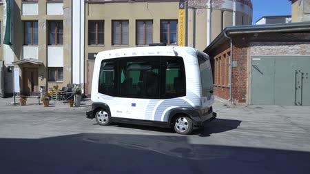 autonomous car : HELSINKI, FINLAND - MAY 25, 2018: Automated remotely operated bus in Helsinki. Unmanned public transport on street. Stock Footage