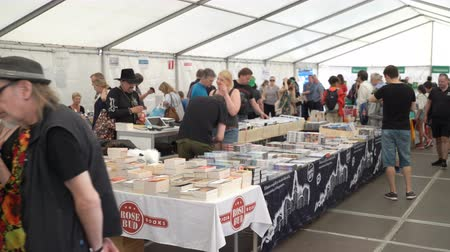 книжный магазин : HELSINKI, FINLAND - MAY 26, 2018: A lot of fans of literature at a book sale in the center of Helsinki