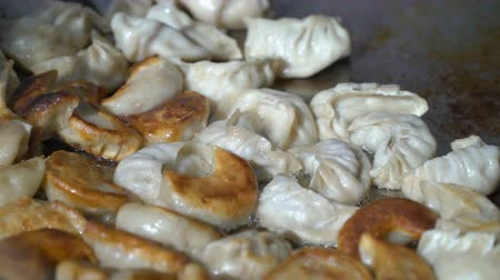 жареный : Street vendors cook Nepalese traditional dumpling momos in the city park