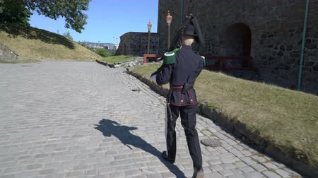 northen : OSLO, NORWAY - JULY 04, 2018: Armed guardsman in a beautiful uniform in the ancient castle and fortress of Akershus Stock Footage