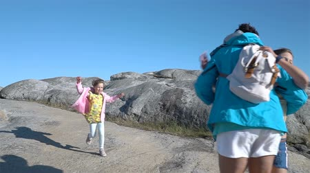 сестры : Two little girls have fun with their grandmother on the coast of Northern Europe. Slow motion Стоковые видеозаписи